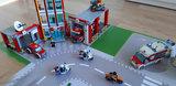 LEGO set Brandweer Kazerne 60110 op een speelmat
