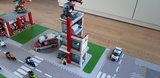 LEGO set Ziekenhuis 60204 op een speelmat