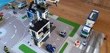 LEGO set Politie Bureau 60141 op een speelmat