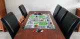 Speelmat verkeer voor op de keukentafel